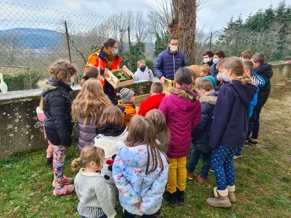 Groupe d'enfants autour d'un composteur